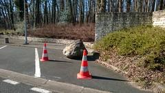 [surprotection] Mettre une pierre pour éviter les collisions des voitures avec  l'angle d'un mur puis 2 cônes pour protéger le rocher - Photo of La Vergne