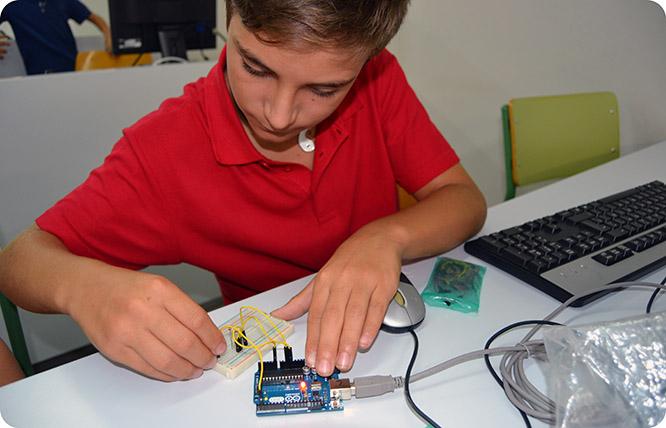 La UPCT enseña a programar robots a alumnos de entre 12 y 16 años