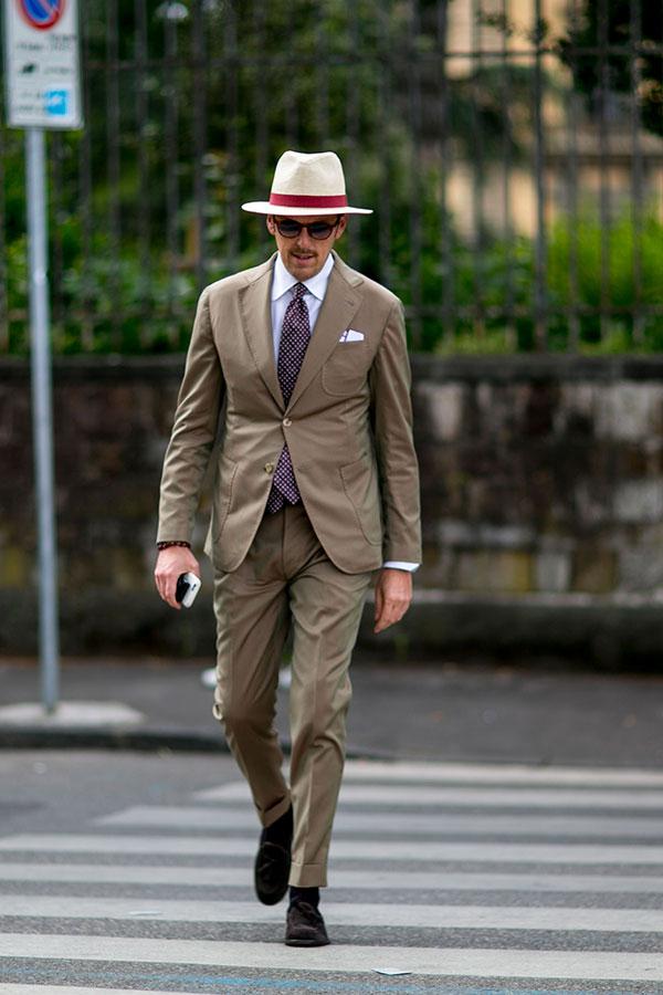 パナマ帽×ライトブラウンスーツ×白シャツ×エンジドットタイ×ブラウンタッセルローファー