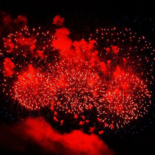 Праздничный салют на Днепре в честь дня Победы! Было недолго, но очень красиво! Стреляли с баржи, как обычно, на воде. Victory Day fireworks. Photo by my wife @juliabelch. #victory #day #firework #fire #light #night #river #holiday #shot #instamood #insta
