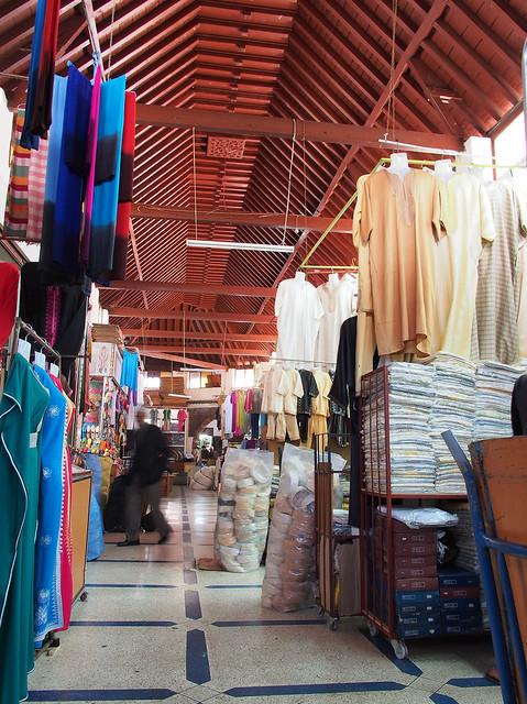 室內的傳統商場, 屋頂是木造的, 每一間店面都小小地, 販售著衣服, 帽子與鞋子等服飾