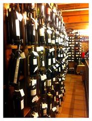 Foto de una estantería de vinos