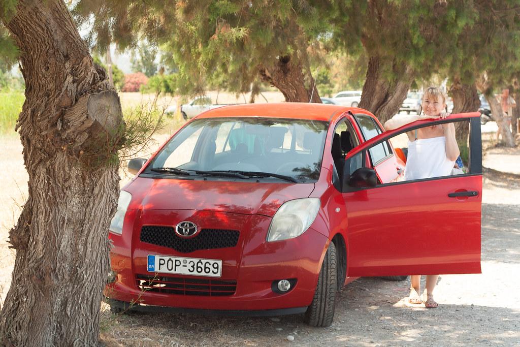 Автомобиль такого класса (Toyota Yaris, Nissan Micra, Fiat Punto) тут можно снять на любом углу и только по правам.