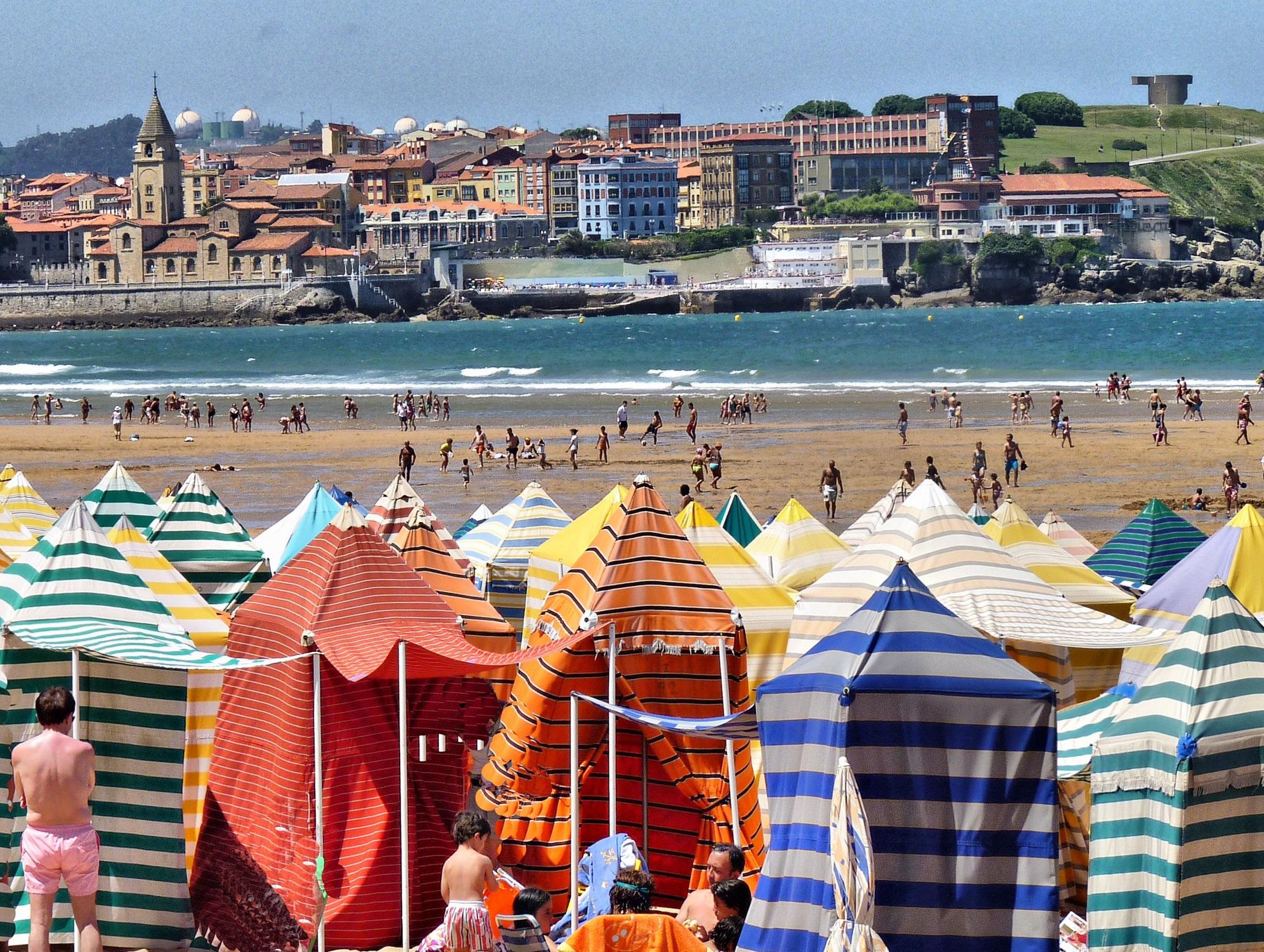 Un día de playa. Playa de San Lorenzo, Gijón. Autora, Amalia González