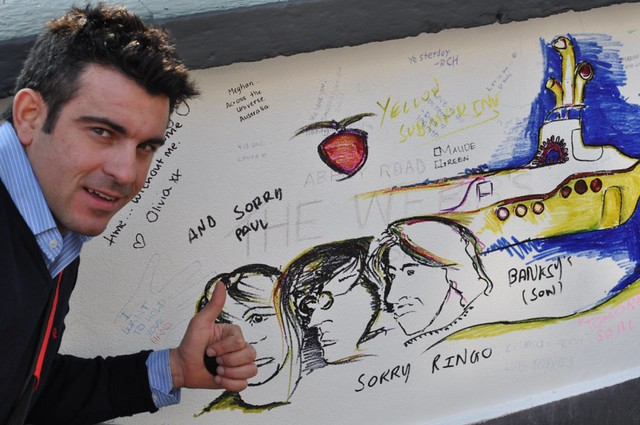 Pintadas sobre la pared de los estudios Abbey Rd abbey road - 11756811974 67b4e1a747 z - Abbey Road de Londres, el paso de peatones más famoso