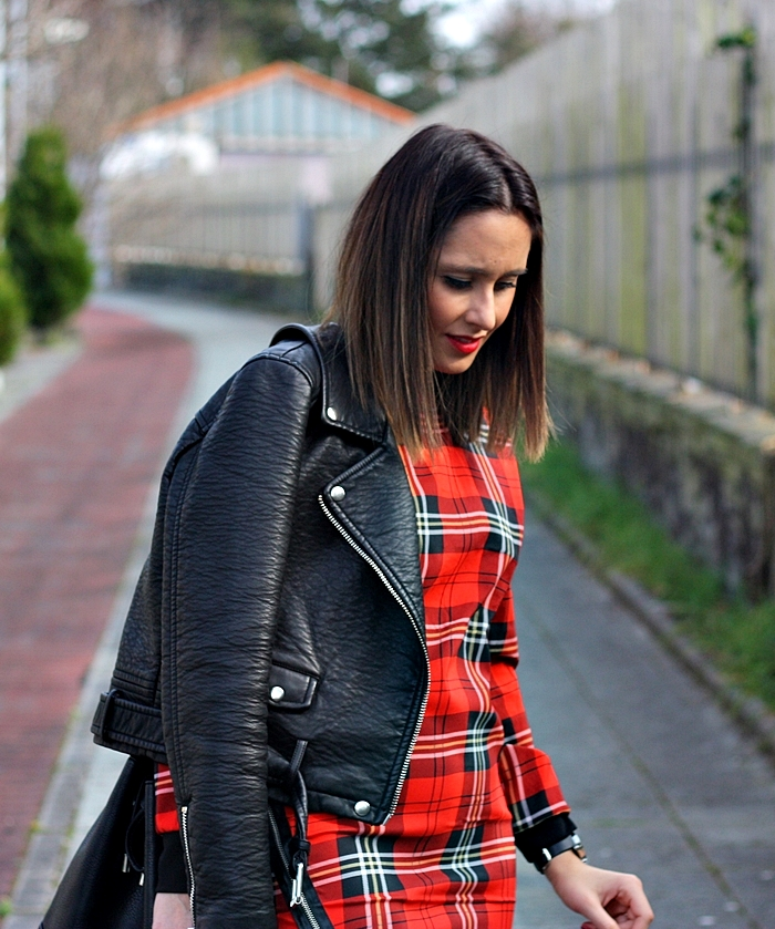 checked_dress-street_style-outfit-zara-black_boots-parfois-black_jacket