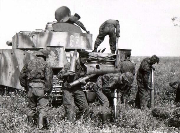 Waffen SS, aiding a panzer IV crew