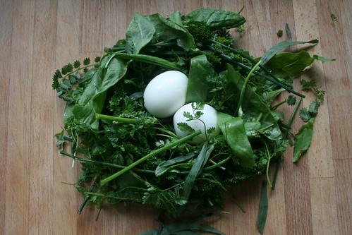 Eier im Kräuterbett