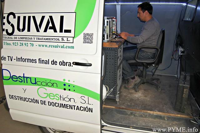 Ricardo Borrego trabaja con el equipo de inspección de tuberías con cámara.