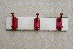 wood & wall peg white & red
