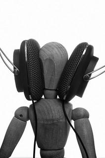 很多人都掛上耳機,試圖在嘈雜的城市裡找回聲音的自主權。圖片來源: thomselomsen on flickr
