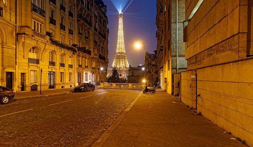 Une tour dans la brume de Paris / A tower in the Paris's smog