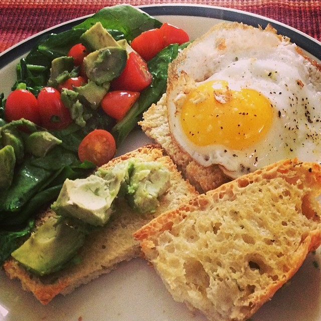 #kvpkitchen Keeping #breakfast green and tasty. Fried egg, herb bread & spinach salad. Also added avocado chunks from Highway 1 fruit stand. #vegetarian #salads #baking