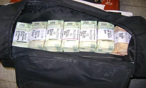 Una maleta que contenía más de medio millón de pesos en billetes de diferente denominación, fue asegurada por elementos de la Policía Federal al conductor de un camión tipo tractor que no pudo acreditar el origen legal del dinero.