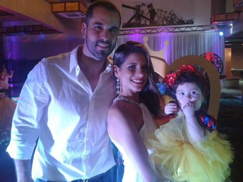 A encantadora Beatriz com os pais Gustavo e Clarinha Chaves