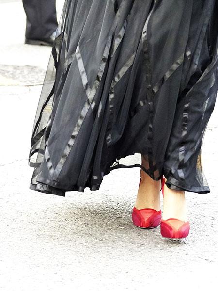 chaussures rouges et robe noire