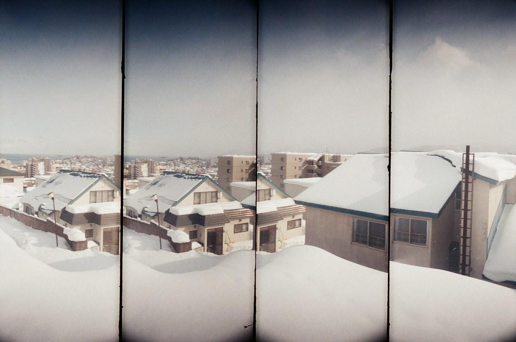 小樽 Otaru, Japan / AGFA VISTAPlus / SuperSampler Dalek 2016/02/02 雖然此刻才在分享,但看到冬天雪地的照片,還是會想起冷冷的天氣。  我記得在小樽車站後方的住宅區走了好久,一直刻意轉入巷子內,一直觀察在雪地生活的環境。  看起來下雪比下雨麻煩,因為雨水會自己匯流到低處,但雪,就沉沉的堆積在落下的地方。  沉沉的堆積前的畫面是輕盈的飄落,所以下雪的畫面卻比下雨美。  SuperSampler Dalek AGFA VISTAPlus ISO400 8266-0014 2016-01-31~2016-02-05 Photo by Toomore