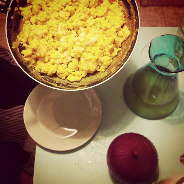 Jantar da meia noite. Ovos mexidos, chá gelado, pringles e pão.