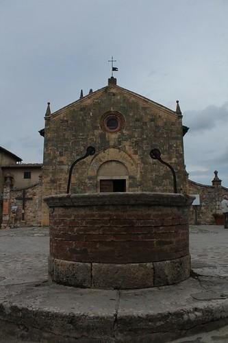 Monteriggioni: pozzo davanti la Chiesa