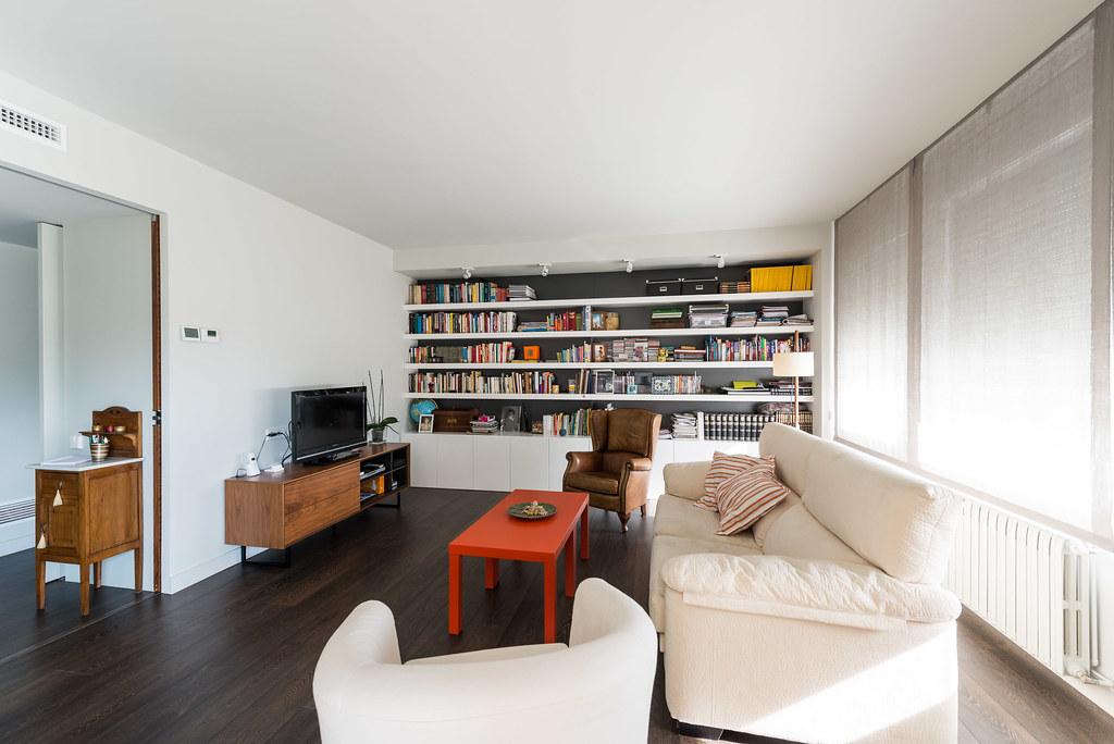 Saló modern i funcional. Reforma integral en un pis de Barcelona