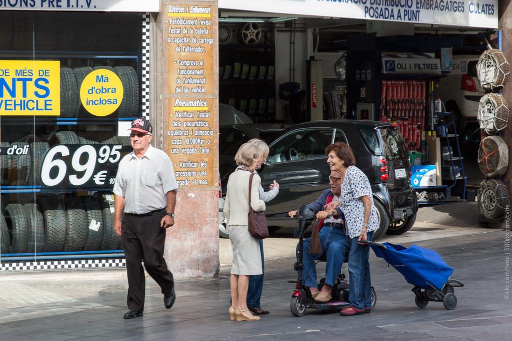Пожилые люди общаются в Барселоне