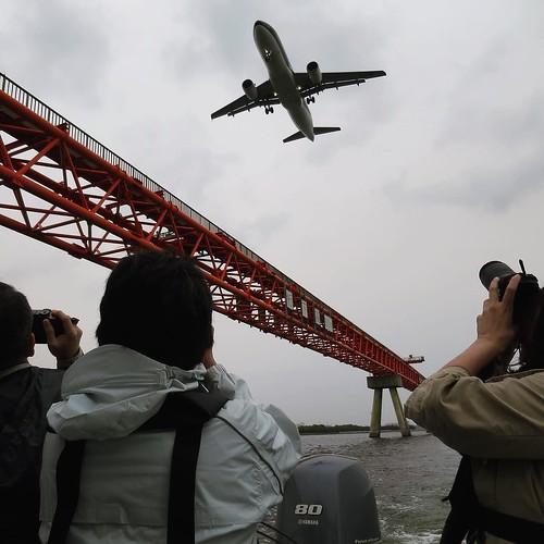 着陸する直前の飛行機を真下から見られる写真スポット。 #ヤマハマリン #勝どきマリーナ