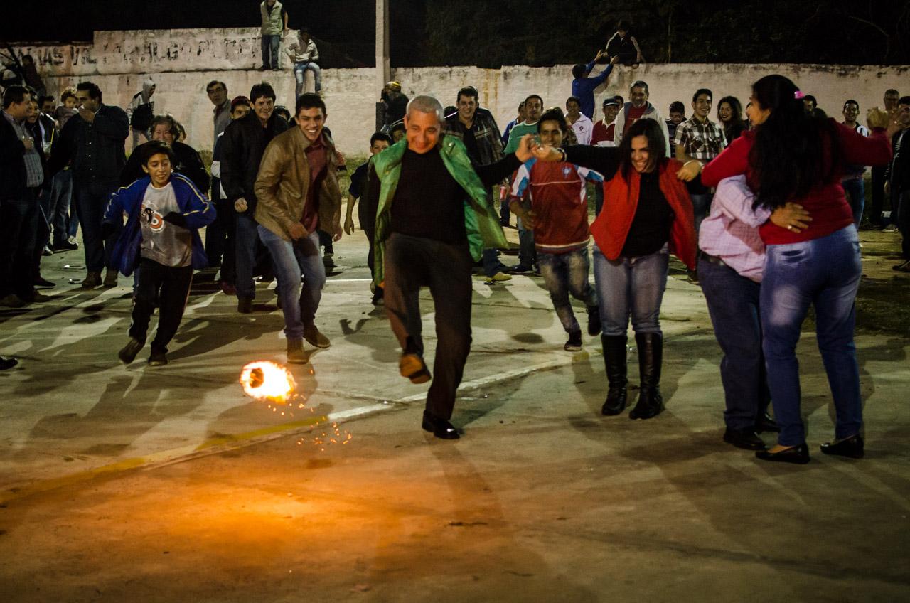 Niños y adultos se divierten con la tradicional pelota tata en la fiesta de San Juan que se realizó el pasado 25 de junio en la ciudad de San Juan, departamento de Misiones. (Elton Núñez)