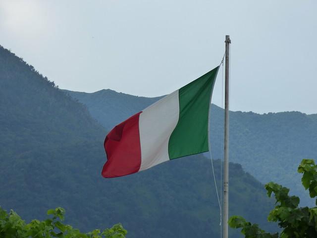 Lungo Lario Manzoni, Bellagio - Italian flag