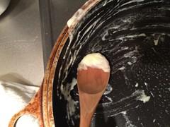 生クリームは、鍋に残ったものもしっかり加えましょう