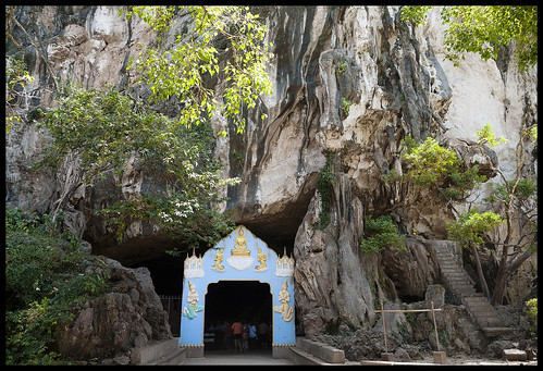 Wat Suwan Kuha Entrance in the rock