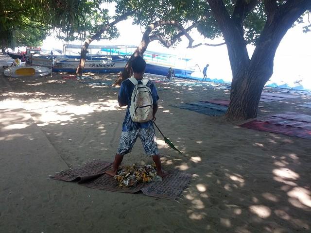 Пляж регулярно убирают местные