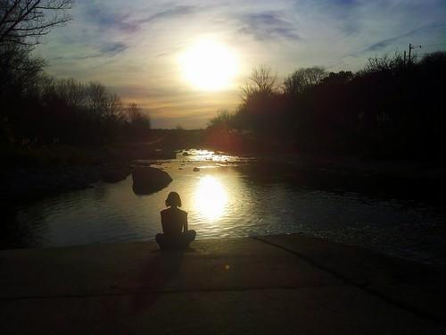 Meditación en el río.