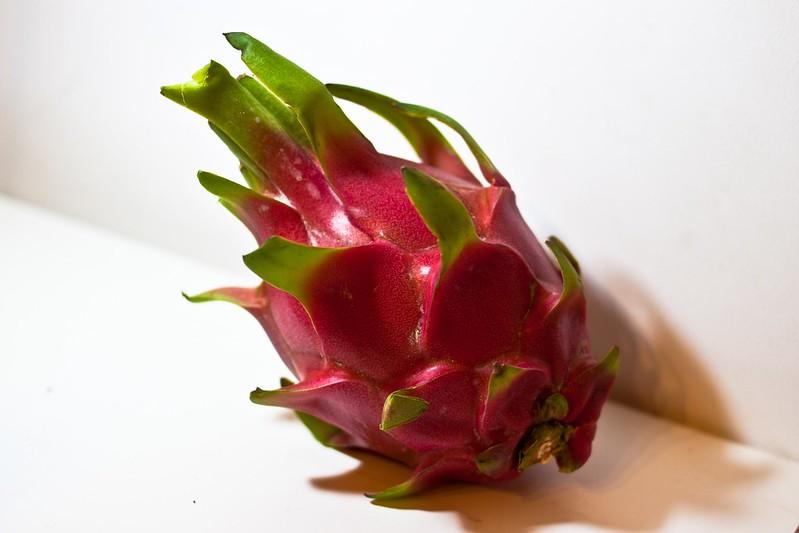 Foto de una fruta del dragón entera.