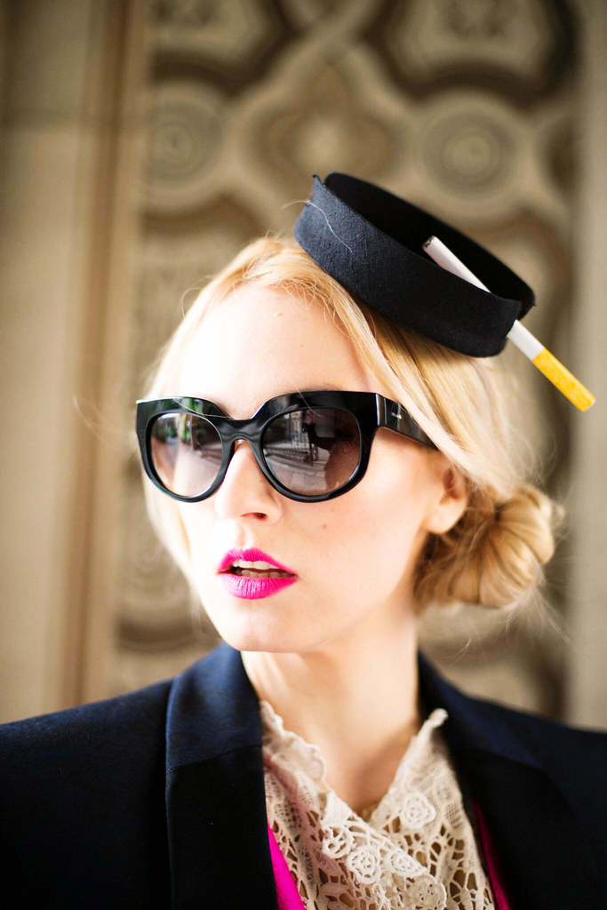 Consultant fashion poarta palarie Kristina Dragomir cu ochelari de soare Prada de la Optiblu