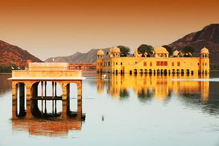 Palacio de Agua (Jal Mahal) en el lago Man Sagar, Jaipur, Rajasthan.