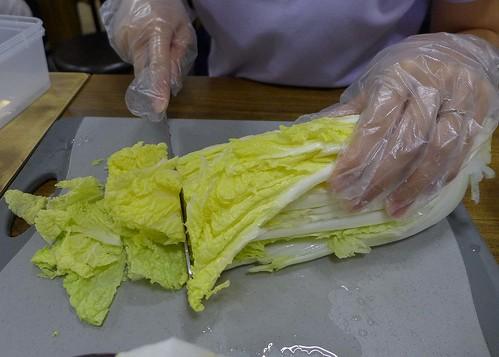 kimchi_making_01_slice_cabbage