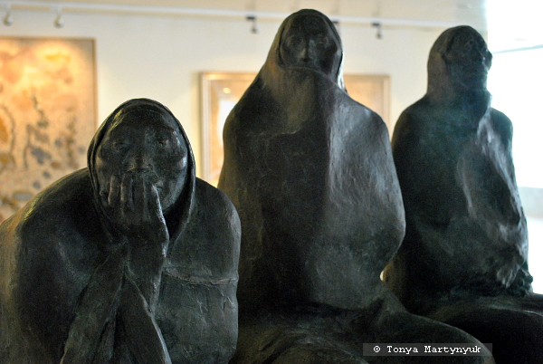 40. Francisco Zuñiga. Tres mujeres sentadas, 1986
