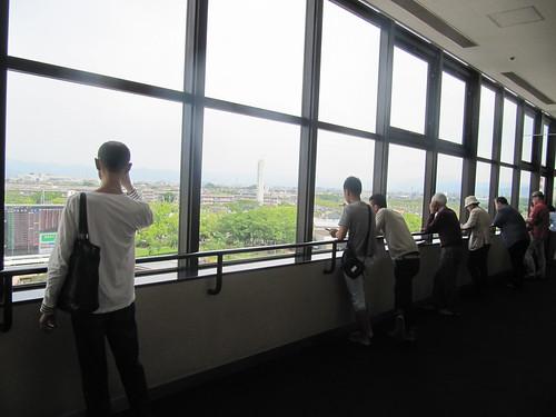 京都競馬場のパドックを見下ろす人々