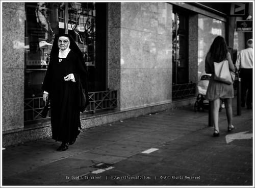 La ciudad es un millon de cosas mirada de religiosa by Sansa - Factor Humano