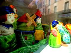 Fontenay-le-Comte. Dans une vitrine de la rue des Loges, salières et poivrières japonaises datant de l'entre-deux guerres. Objets destinés à l'exportation en Grande Bretagne et dans l'Empire et emblématiques de rupture postérieure liée à Hiroshima