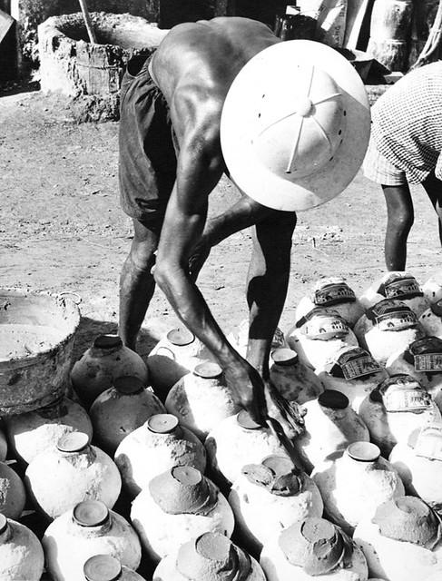 Cholon 1965 - Đóng nắp tĩn nước mắm