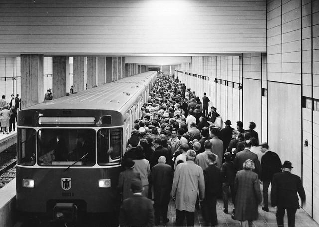 Im Pendelbetrieb fuhr der erste Langzug, bestehend aus den Wagennummern 6001a+b/6002a+b/6003a+b (später 6091/7091/6092/7092/6093/7093) zwischen Nordfriedhof und Studentenstadt (Archiv: FMTM e.V.)