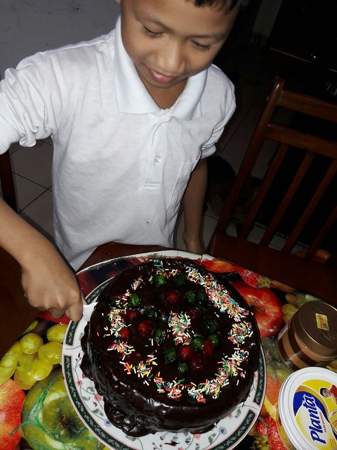 Bangun pagi sarapan kek birthday yang dah dihias