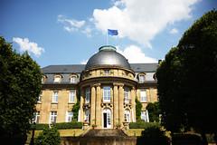 Land hisst europäische Flagge auf der Villa Reitzenstein