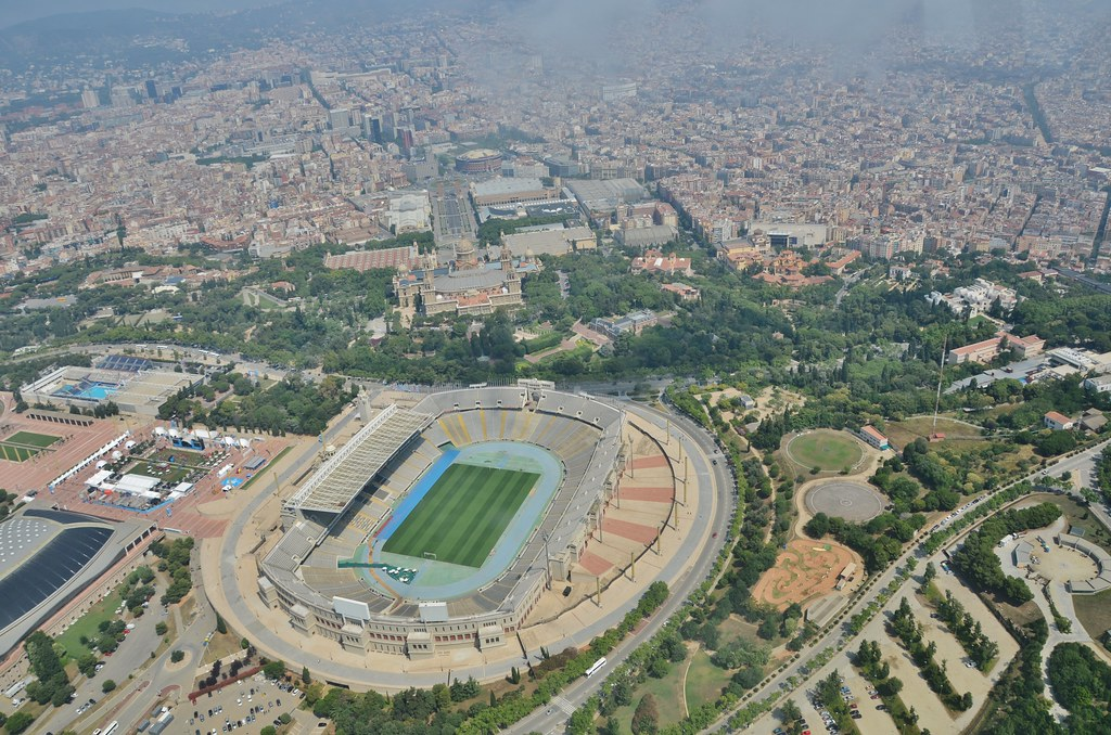 Estadi de l'Exposició de 1929 (Escultures Genets, Porta Marató, torre i mur)L'Estadi Olímpic de Barcelona, des de l'aire