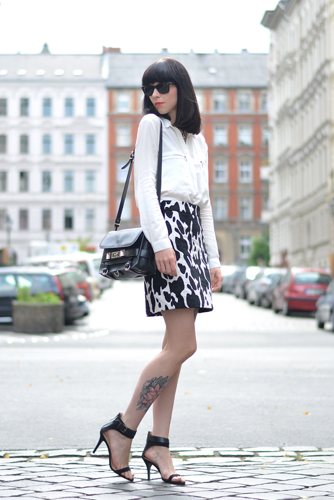 Outfit ZARA cow skirt white blouse CATS & DOGS outfit blog Berlin 8