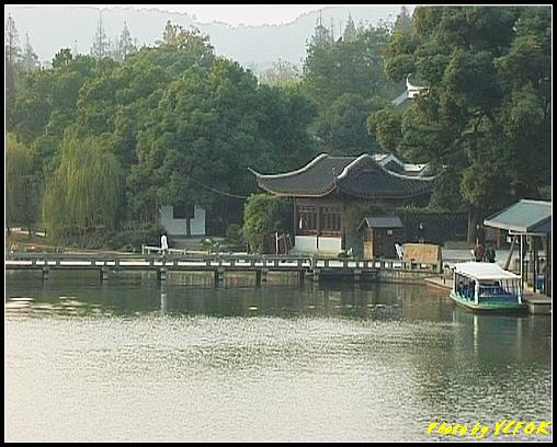 杭州 西湖 (其他景點) - 242 (在西湖十景之 蘇堤上的誇虹橋望向西湖十景之 曲婉風荷)