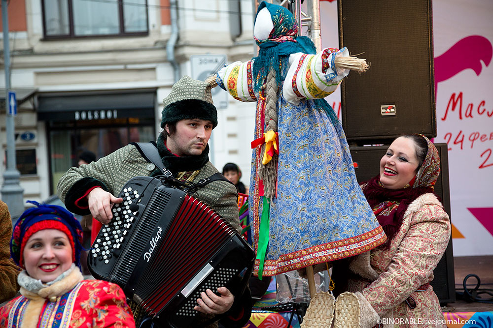 Happy people celebrating Maslenitsa festival in center of Moscow ©binorable.livejournal.com