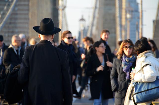 Judio Ortodoxo caminando por el puente de Brooklyn
