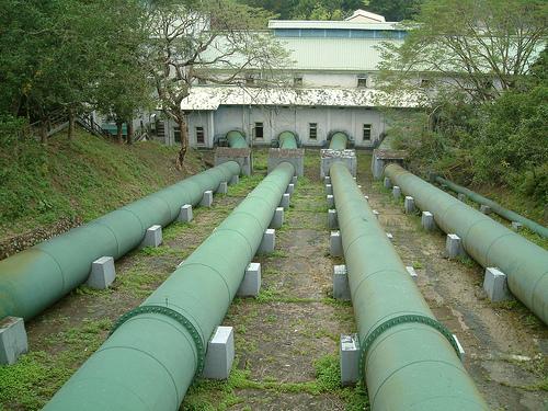 大水管。圖說:水進入竹仔門電廠,變成電,也成為農村的動脈。圖片提供:李慧宜
